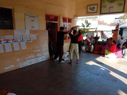 Pembagian Beras Sejahtera (RASTRA), Warga Memadati Balai Masyarakat Desa Kekeran